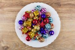圣诞节球、纸板箱和响铃堆在盘 免版税库存图片