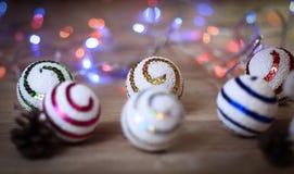 圣诞节球和一个玩具雪人在圣诞节桌上 免版税图库摄影