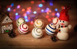 圣诞节球和一个玩具雪人在圣诞节桌上 库存图片