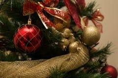圣诞节球和丝带 库存照片