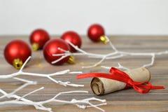 圣诞节球和信件圣诞老人的 免版税库存图片