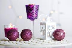 圣诞节球和光亮的灯笼有一个蜡烛的 免版税库存图片