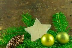 圣诞节球和冷杉在一个土气委员会分支 库存照片