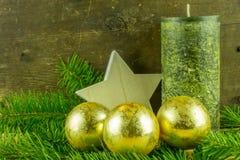 圣诞节球和冷杉在一个土气委员会分支 库存图片