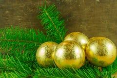 圣诞节球和冷杉在一个土气委员会分支 免版税库存图片