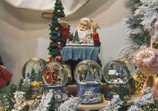 圣诞节球和圣诞老人商店的柜台的 库存照片