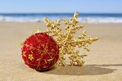圣诞节球和星在海滩 免版税库存图片