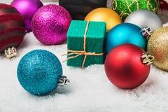 圣诞节球和礼品 免版税图库摄影