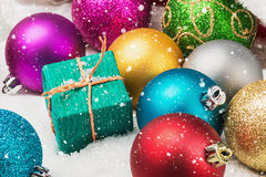 圣诞节球和礼品 免版税库存图片