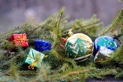 圣诞节球和礼物关于云杉的分支 图库摄影