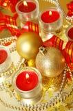 圣诞节球和红色蛇纹石 免版税库存图片