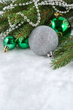 圣诞节球和诗歌选在一个云杉的分支 库存图片