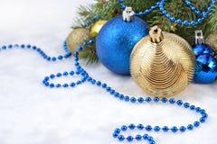 圣诞节球和诗歌选在一个云杉的分支 免版税库存图片