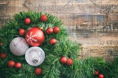 圣诞节球和诗歌选在一个木板,拷贝空间 库存照片