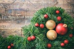 圣诞节球和诗歌选在一个木板,拷贝空间 免版税库存照片
