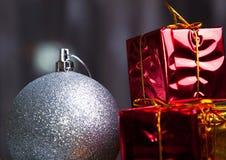 圣诞节球和配件箱 库存照片