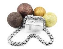 圣诞节球和银色链子 库存图片