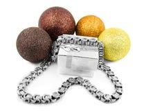 圣诞节球和银色链子 免版税库存照片