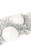 圣诞节球和银色tinse 免版税库存图片