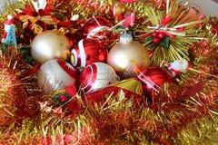 圣诞节球和闪亮金属片 免版税库存照片