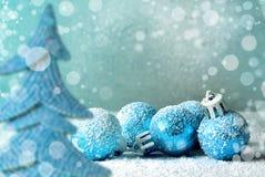 圣诞节球和雪花在抽象背景 库存照片