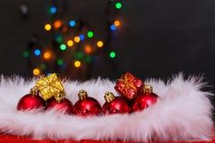 圣诞节球和雪花 免版税库存图片