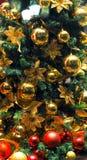 圣诞节球特写镜头从圣诞树的,被弄脏装饰的圣诞节,在背景中blured光 免版税库存图片