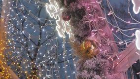 圣诞节球特写镜头 垂悬在树的玩具 城市在假日装饰 色的诗歌选 股票录像