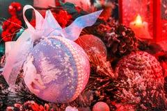 圣诞节球用雪盖根据在新年` s风景背景的一个红色灯笼  免版税库存图片