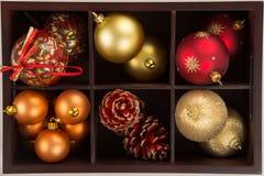 圣诞节球的一汇集的一个箱子的大角度看法 库存图片