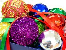 圣诞节球的分类在一个当前箱子的 库存照片