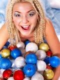 圣诞节球的少妇。 免版税库存照片