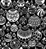 圣诞节球的手拉的无缝的样式在黑背景的 免版税图库摄影