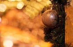 圣诞节球的特写镜头照片在金黄背景的 免版税库存照片
