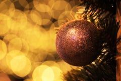 圣诞节球的特写镜头照片在金黄背景的 图库摄影