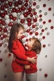 圣诞节球背景的两个小逗人喜爱的女孩 免版税图库摄影