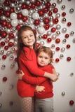 圣诞节球背景的两个小逗人喜爱的女孩 库存照片