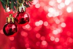 圣诞节球装饰品在与红色bokeh的杉树装饰 库存照片