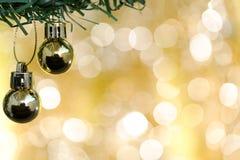 圣诞节球装饰品在金bokeh的杉树装饰 免版税库存照片