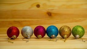 圣诞节球说谎木表面上 万维网横幅 免版税库存图片