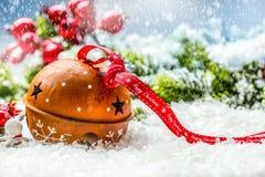 圣诞节球门铃 与文本愉快的圣诞节的红色丝带 斯诺伊摘要背景和装饰 免版税库存照片
