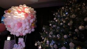 圣诞节球,圣诞灯垂悬在树的,新年,垂悬从一棵装饰的圣诞树的银色中看不中用的物品 股票录像