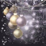 圣诞节球,小珠,在黑暗的不可思议的背景的雪花 免版税图库摄影