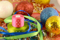 圣诞节球,新年邀请卡片,绿色弓 库存图片