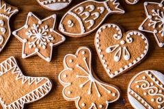 圣诞节甜点蛋糕 在木桌上的圣诞节自创姜饼曲奇饼 免版税库存照片