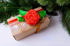 圣诞节用鞋带和红色丝绸装饰的礼物盒上升了 库存图片