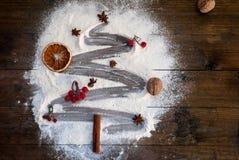圣诞节由面粉做的杉树在一张黑暗的桌 顶视图, c 图库摄影