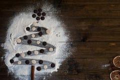 圣诞节由面粉做的杉树在一张黑暗的桌 顶视图, c 库存照片