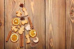 圣诞节由食物装饰香料和gingerbr做的杉树 免版税库存照片