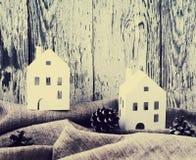圣诞节白皮书寄宿与在灰色亚麻制织品的杉木锥体以一个老白板为背景 库存图片